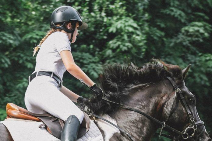 At ride med trusser til hest