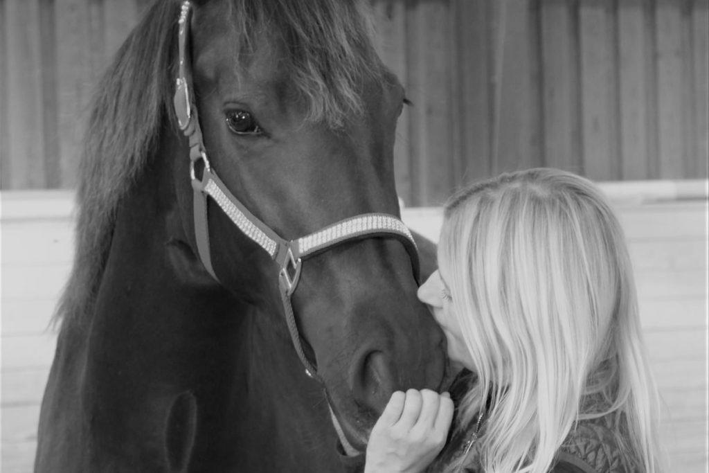 Kvinde og hest i sort og hvid