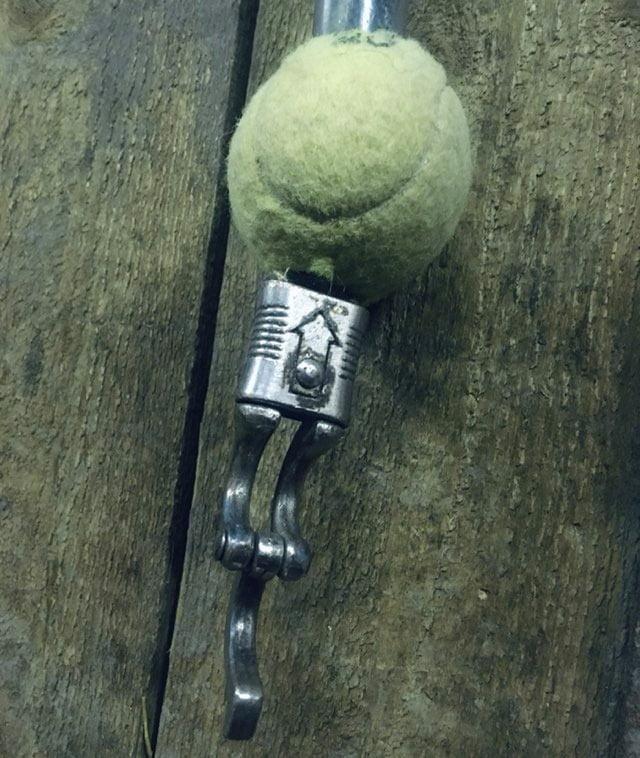 Tennisbold sidder på kæde i stalden