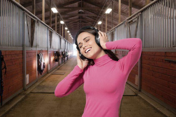 Pige hører hestesange i stalden