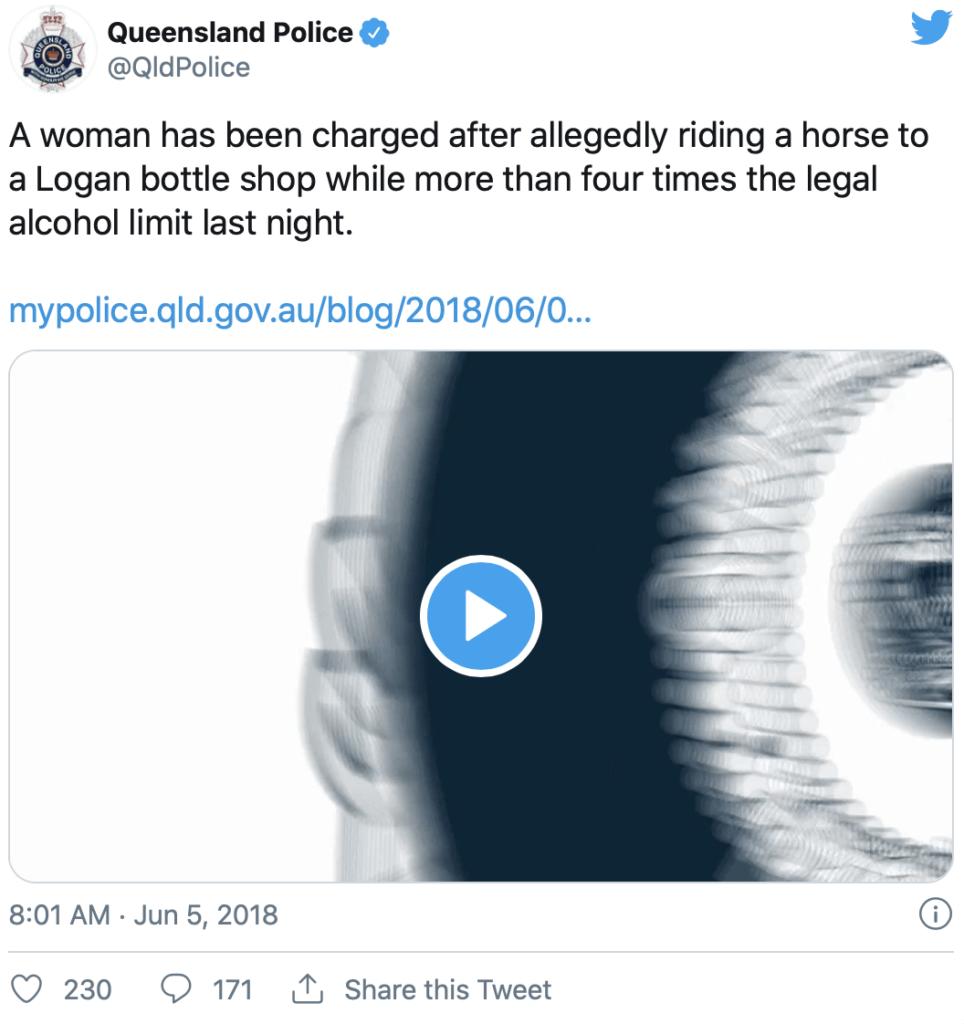 Fuld kvinde rider til byen efter mere alkohol
