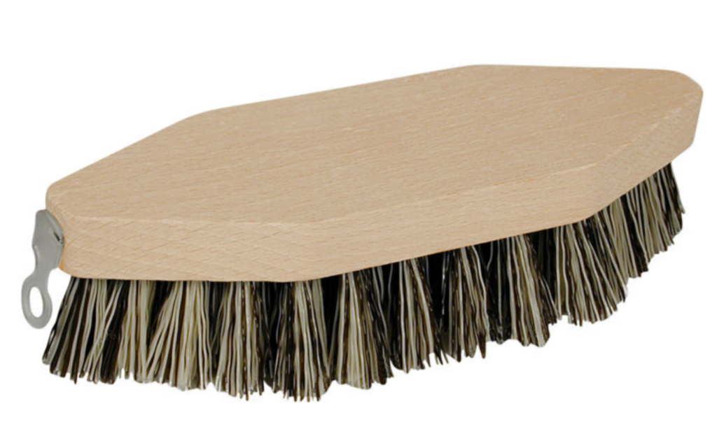Skurebørste i træ fra Jem & Fix som kan bruges til mange formål i stalden