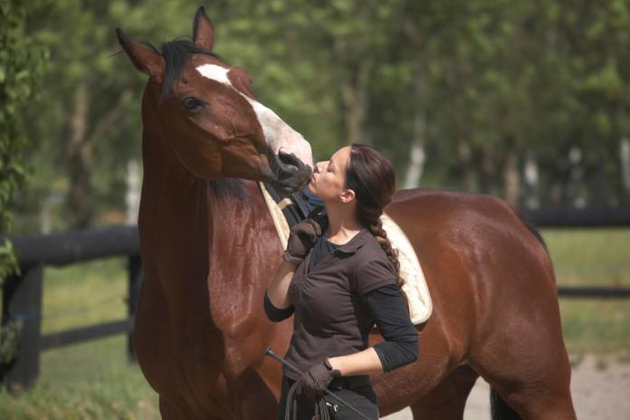 Pige der kysser sin hest