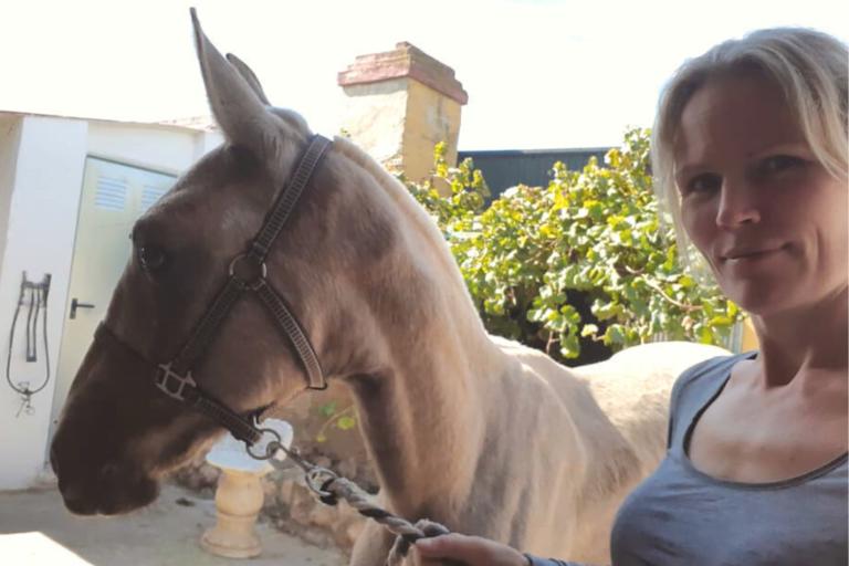 """Signe redder heste i Spanien: """"Min drøm er, at der slet ikke er brug for os"""""""