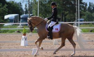 En glad Rikke til pony NM